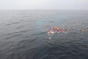 ファミリーホール湘南台の海洋散骨、黙祷・合掌の様子