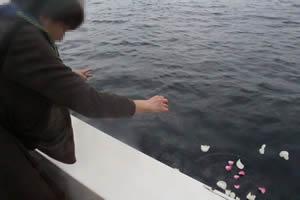 ファミリーホール湘南台の海洋散骨、献花の様子